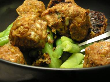 Tempeh balls with green beans